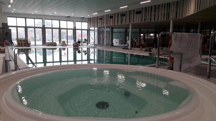 Whirlpool met uitzicht op het instructiebad.