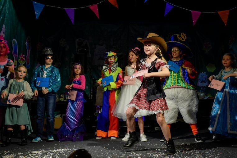 Cowboymeisje Flore (vooraan) kroonde zich tot jeugdprinses, clown Melchior (vierde links) tot jeugdprins. Er waren negen kandidaten die streden voor de titel van jeugdprins en -prinses.