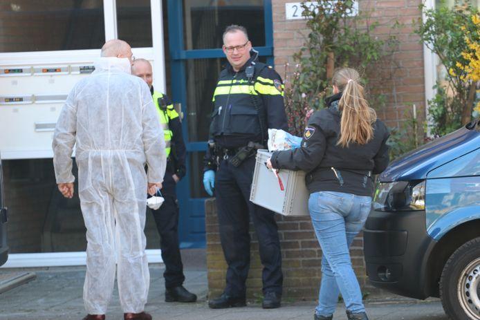 Experts van de politie onderzoeken een appartement in Apeldoorn, waar een lichaam is aangetroffen.