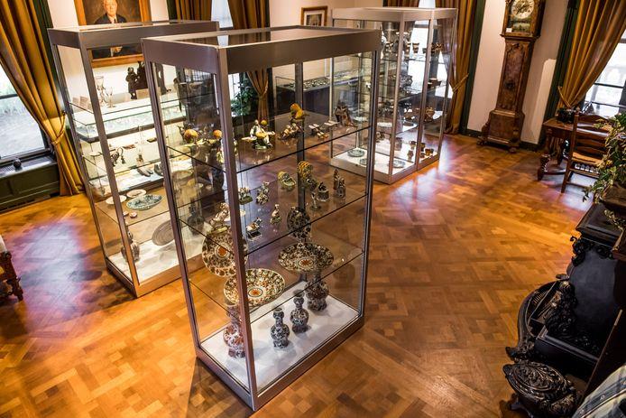 De collectie Van Heel in het Rijssens Museum, met rechtsachter de staande klok.