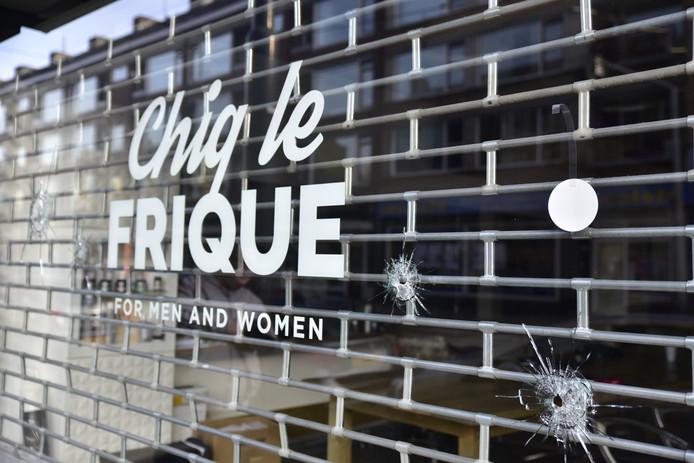 41be8252e7a Er zijn vier kogelgaten aangetroffen in de ruit van kapperszaak Chiq le  Frique op de Jonker