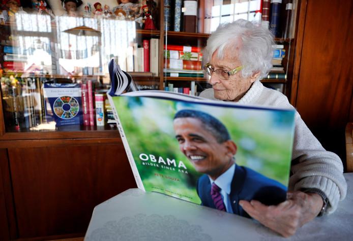 Lisel Heise bladert door een boek met foto's van de Amerikaanse oud-president Obama.