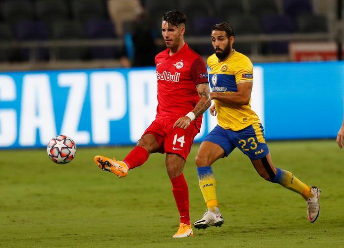 Dominik Szoboszlai in duel met Eyal Golasa van Maccabi Tel Aviv vorige maand in de play-offs voor de Champions League.