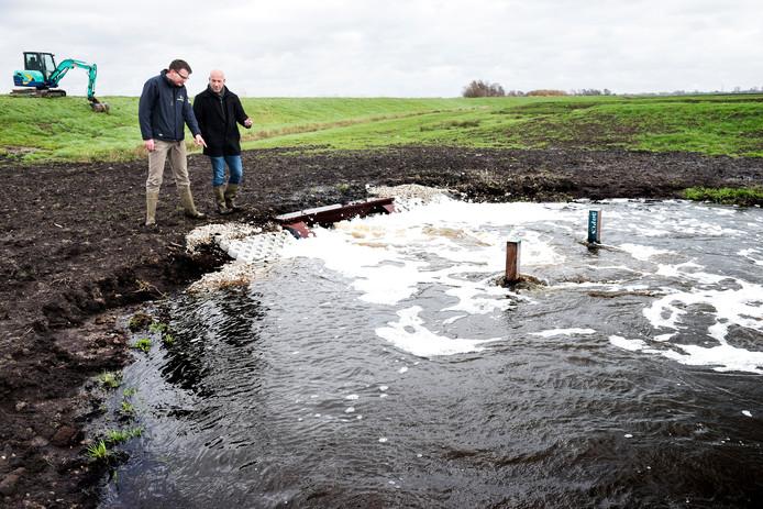 Arco van Houwelingen (links) en Roland Kastelein testen de inlaat.