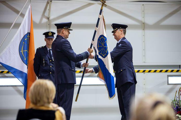 Rob van den Heuvel (links) draagt het commando over de vliegbasis Volkel over aan zijn opvolger Marcel van Egmond.