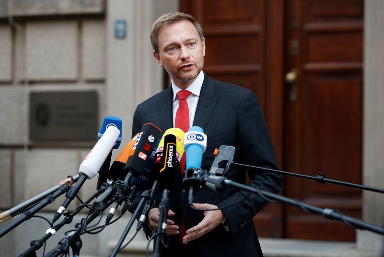 epa06305950 Christian Lindner (C), leader of the Free Liberal Party (FDP), gives a press statement outside the German Parliamentary Society prior to another session of exploratory talks of four political parties in Berlin, Germany, 03 November 2017. The Christian Democratic Union (CDU), the Christian Social Union (CSU), the Greens and the Free Democratic Party (FDP) are holding talks to form the next Government after the general elections in September.  EPA/FELIPE TRUEBA