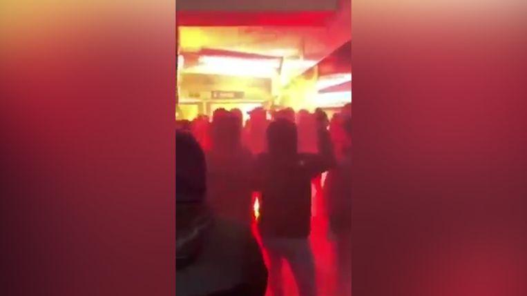 Hooligans van PSG en Club Brugge gaan op de vuist in een metrostation, met Bengaals vuur.
