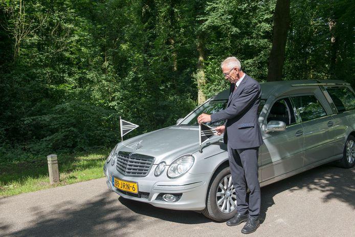 Rouwautochauffeur Willem de Groot (65) uit Maarssen overleed aan de gevolgen van een hartaanval, terwijl hij met een collega van Barbara Uitvaartverzorging in het ETZ ziekenhuis in Tilburg een overleden coronapatiënt kwam ophalen.