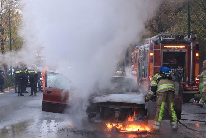 De brandweer heeft de brand geblust. De bestuurder kon net op tijd zijn auto verlaten.