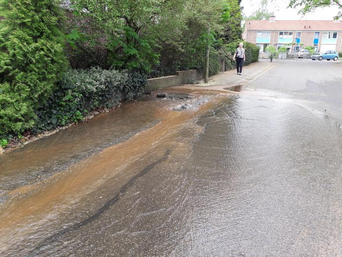 Het water liep de Industrieweg op.