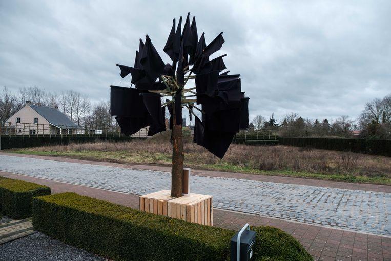 De inwoners hebben symbolisch een boom met zwarte vlaggen geplaatst, pal tegenover de bewuste grond.