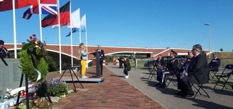 Sobere kranslegging voor 48 gesneuvelde Amerikanen bij Waal-oversteek Nijmegen