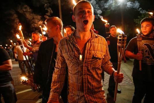 Rechts-extremisten gingen met fakkels de straat op.