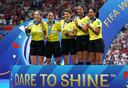 Stéphanie Frappart (tweede van links) en haar team na de WK-finale van het WK voor vrouwen.