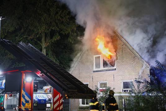 Van der Z. wordt verdacht van brandstichting in deze woning in Oss met een zelfgemaakte brandbom. Twee honden kwamen om het leven. De bewoner wist zichzelf op het nippertje in veiligheid te brengen.