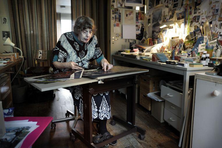 Tonke Dragt, thuis in haar werkkamer in 2010.  Beeld null