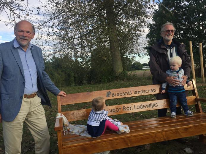Ron Lodewijks (rechts) met zijn kleinkinderen op de bank, links directeur Jan Baan van Brabants Landschap.
