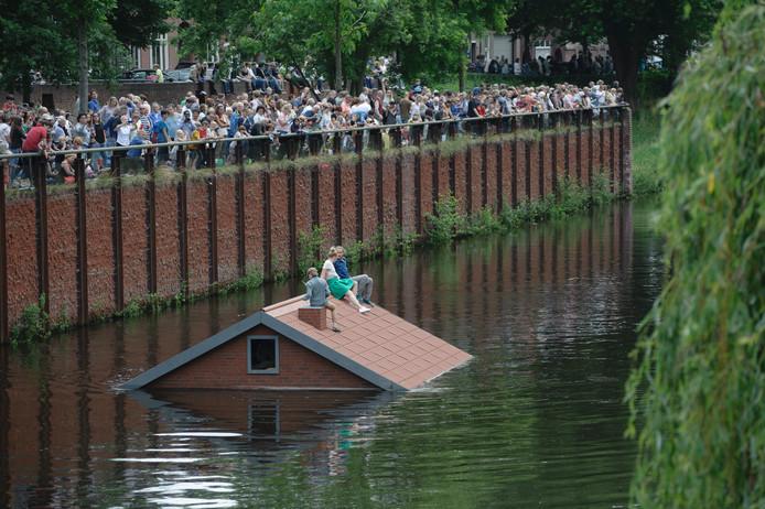 Met de regenval van afgelopen dagen vormt deze boot een toepasselijk schouwspel