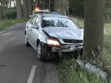 Auto vliegt uit de bocht en eindigt tegen boom in Neede, bestuurder mee naar bureau