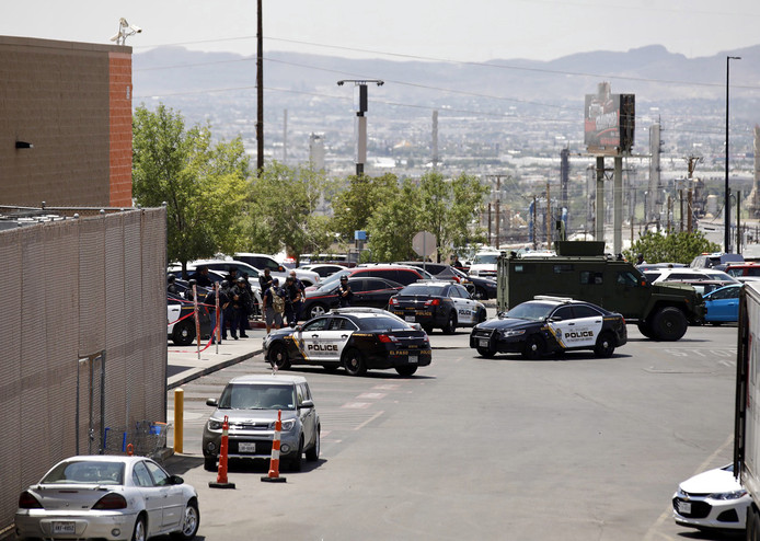 Politie massaal aanwezig bij de Walmart in El Paso.