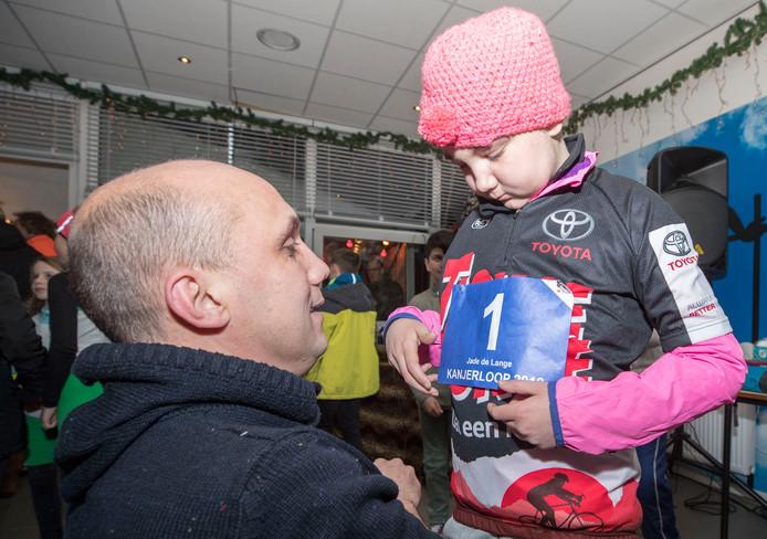 Vader Marcel de Lange speldt het speciaal voor haar ontworpen startnummer 1 op voor de Kanjerloop.