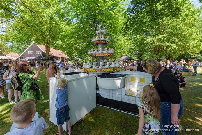 Kinderen lieten zich natspuiten bij de fontein Aquaduck