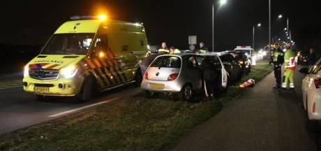 Auto botst achterop ander naast vuurwerkshow in Oosteind, bestuurder raakt gewond
