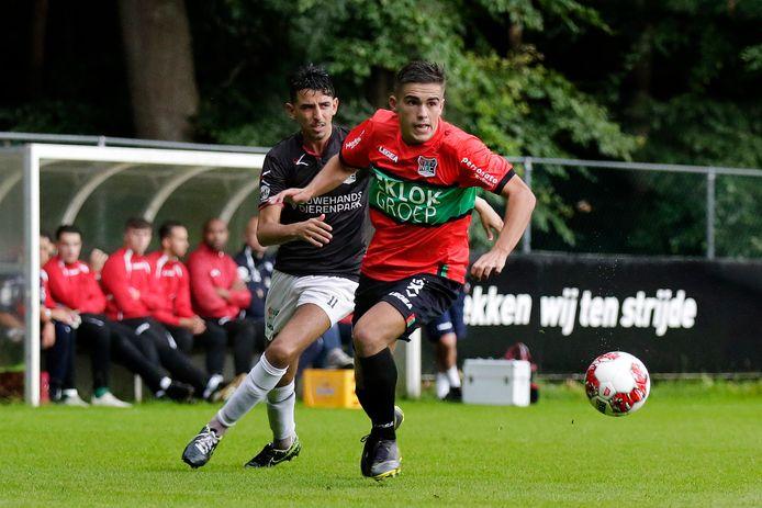 Bart van Rooij controleert de bal in de oefenwedstrijd - vorig jaar juli - tegen de amateurs van NEC. deze voorbereiding staat het duel voor zaterdag 8 augustus op de rol.