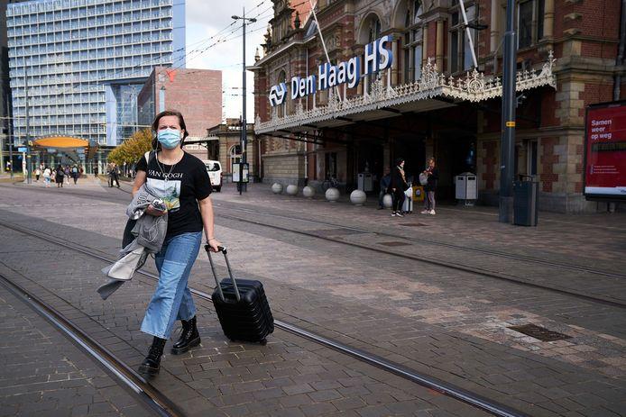 Iemand draagt een mondkapje in Den Haag
