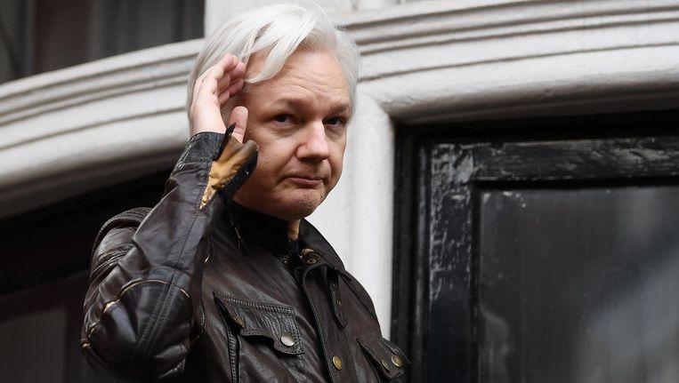Julian Assange spreekt de pers en supporters toe vanuit de ambassade van Euador in Londen in 2017. Beeld afp
