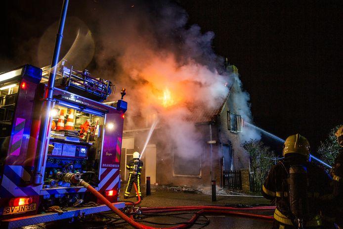 Bij de woningbrand in Moerdijk is een vrouw overleden.
