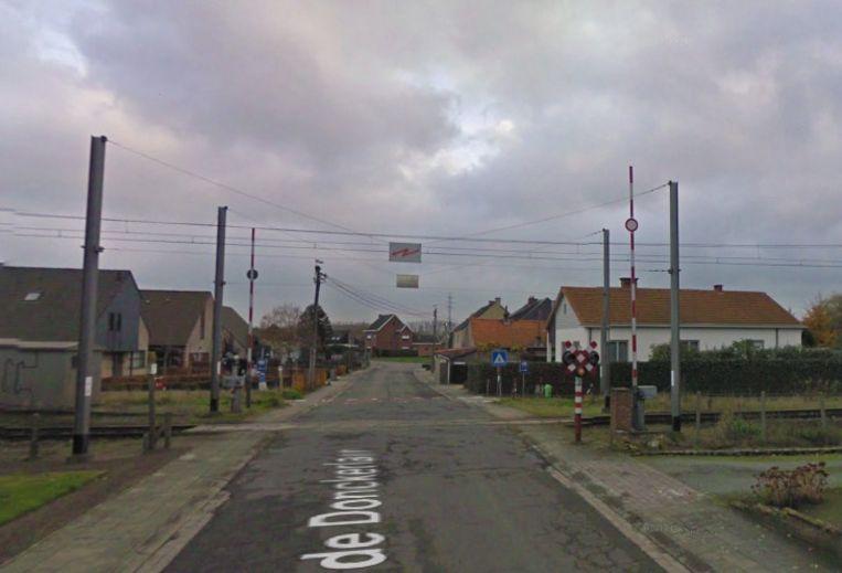 Aan deze overweg op de Jan De Donckerlaan kwam een auto op de sporen on botsing met een trein. Alle inzittenden konden de wagen tijdig verlaten.