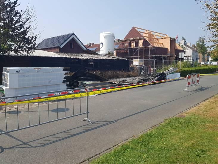 Asbest vrijgekomen bij brand in Steenbergen, weg tijdelijk afgesloten
