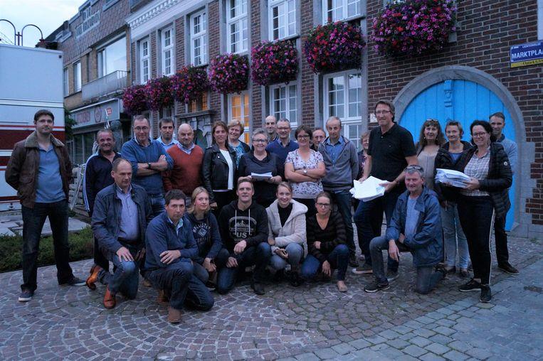 Een ruime delegatie buurtbewoners kwam maandagavond een petitie van 1.764 handtekeningen afgeven bij het gemeentehuis tegen de sluiting van de spoorweg in de Ridderstraat