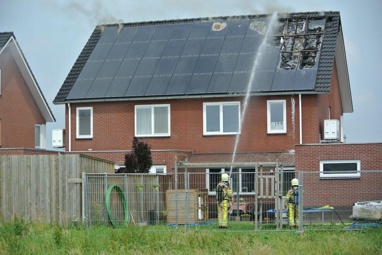 Uitslaande brand na kortsluiting in zonnepanelen op het dak van een woonhuis in Lemelerveld.