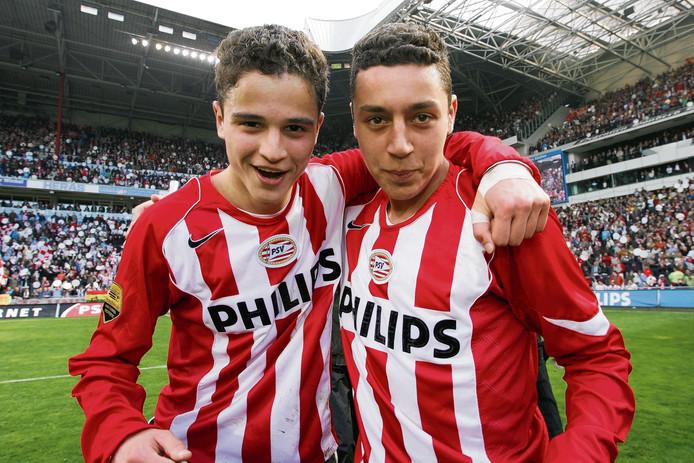 Ibrahim Afellay en Ismaïl Aissati vieren de landstitel van PSV in het seizoen 2005-2006.