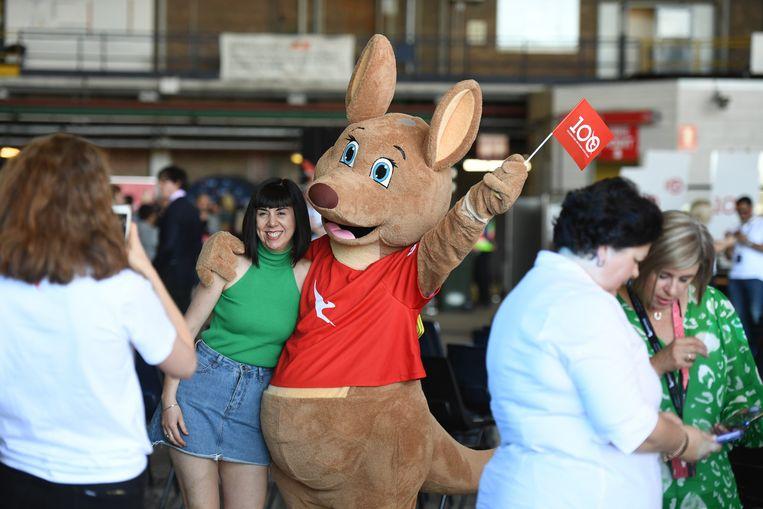 Bezoekers poseren met een kangoeroe-mascotte van Qantas.