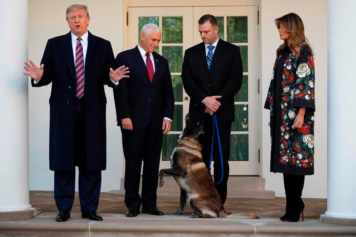 De Amerikaanse president Donald Trump, vice-president Mike Pence  en presidentsvrouw Melania Trump met Conan bij het Witte Huis in Washington.