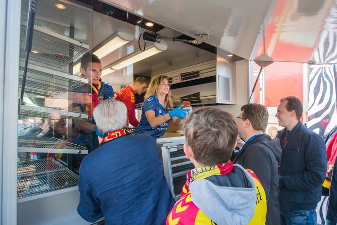Voor de wedstrijd worden de supporters getrakteerd op Zeeuwse bolussen door Bakkerij Bliek, vader van GA Eagles-speler Julius Bliek.