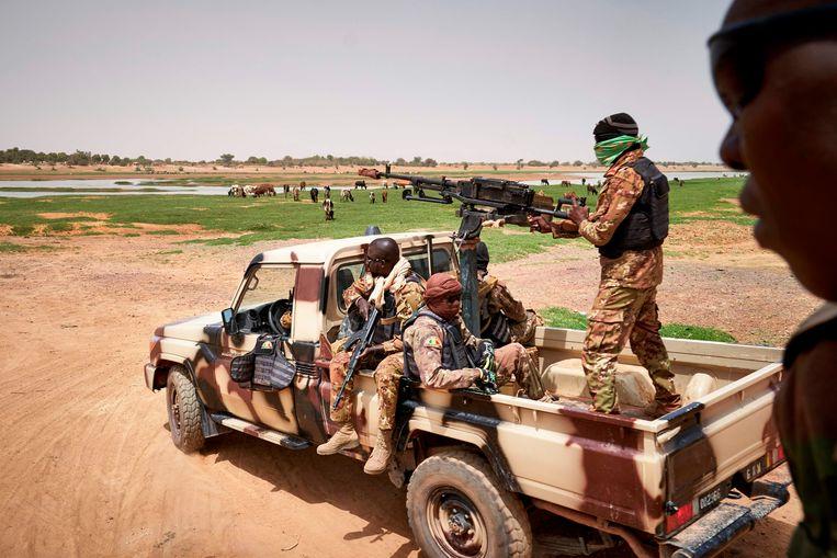 Malinese soldaten patrouilleren bij rivier de Djenne, afgelopen februari. Militairen in Mali trokken al muitend op naar de hoofdstad Bamako. Beeld AFP