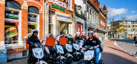 Tekort aan 'snelle jongens': Tilburgse bezorgwereld speurt zich suf naar scooterrijders