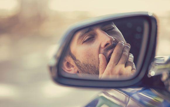 Illustratiefoto - De man viel in slaap achter het stuur na een zware werkdag in een restaurant.