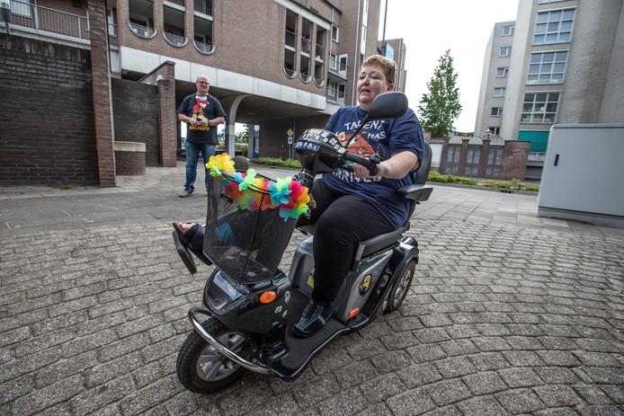 Monique de Greef in scootmobiel op Stationsplein in Helmond op de plek waar ze is omgevallen