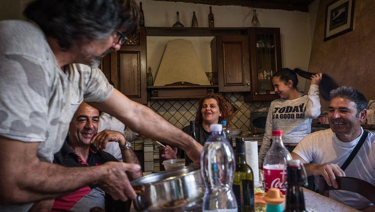 Romolo Deiana (links) heeft wat familieleden te eten. Beeld Nicola Zolin / de Volkskrant