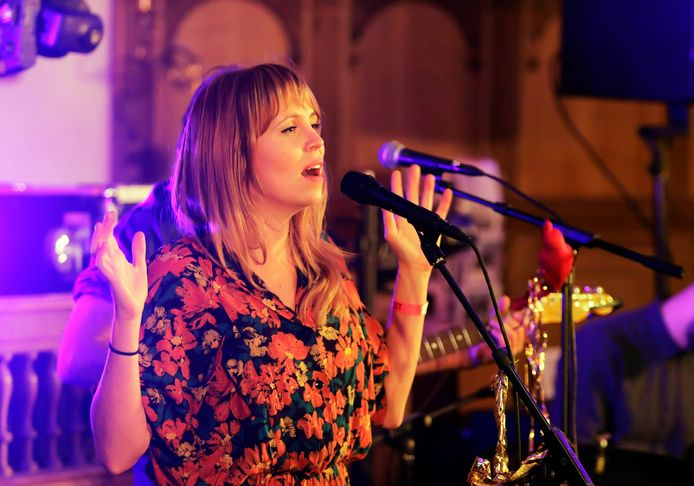 Zangeres Janne Scha trad met haar band op in de Koepelkerk. Het bleek met het oog op de akoestiek een hele uitdaging.