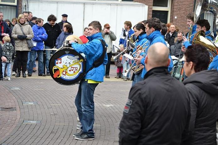 De Pleardöpkes uit Geesteren op het Hengels Dweilfestival. foto Rick Aalbers/De Gelderlander