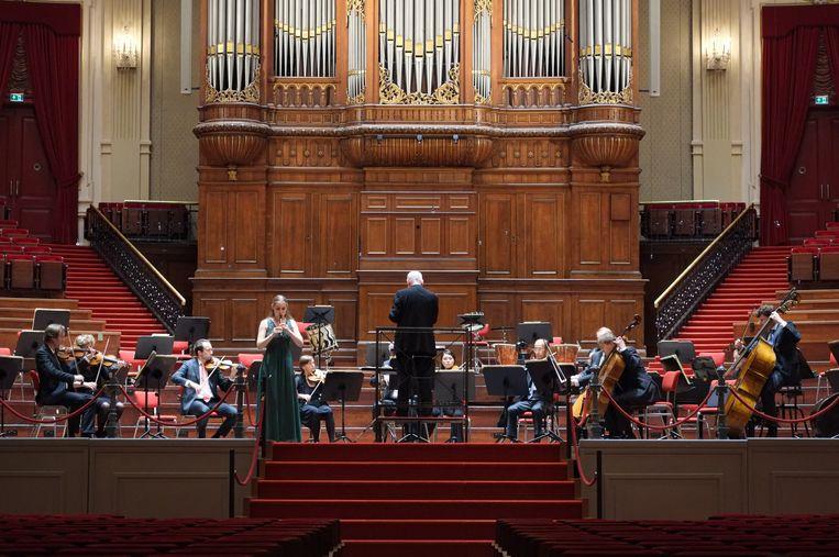 Lucie Horsch (blokfluit) soleert in een vrijwel leeg Concertgebouw. Beeld