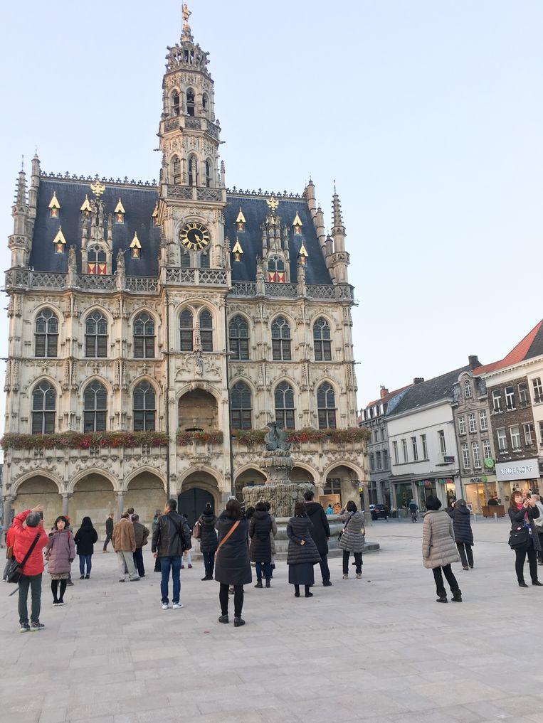Er lopen de jongste weken opmerkelijk veel buitenlandse toeristen op de Markt in Oudenaarde