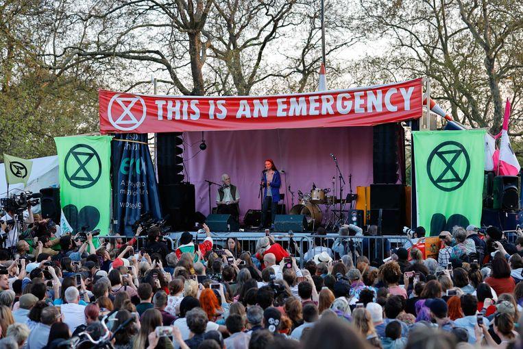 Greta Thunberg spreekt het publiek toe in Londen.