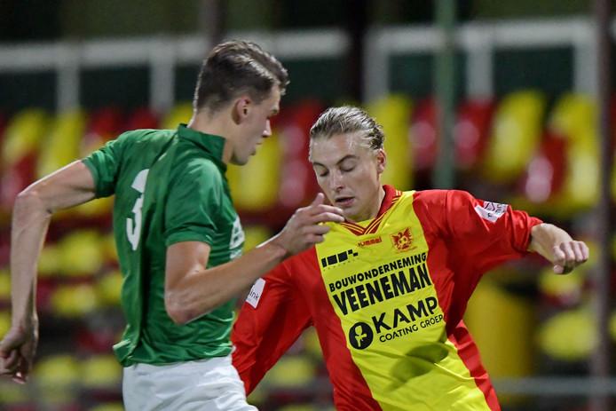 Sybren Mulder van Groen-Wit `62 duelleert met Sander Krijns van CSV Apeldoorn. Krijns speelt zaterdag de finale tegen Columbia.